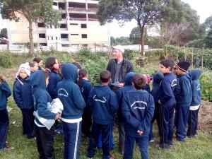 Crianças visitando a horta